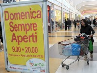 Il commercio firma il contratto: 85 euro di aumento per tre milioni di lavoratori e orario flessibile